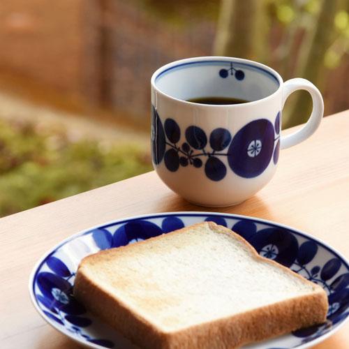 白山陶器マグカップリースと食卓の画像