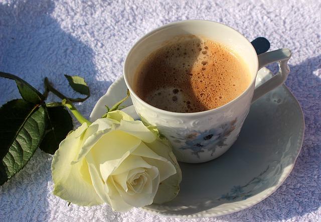 コーヒーカップは縦長で広口ではない画像