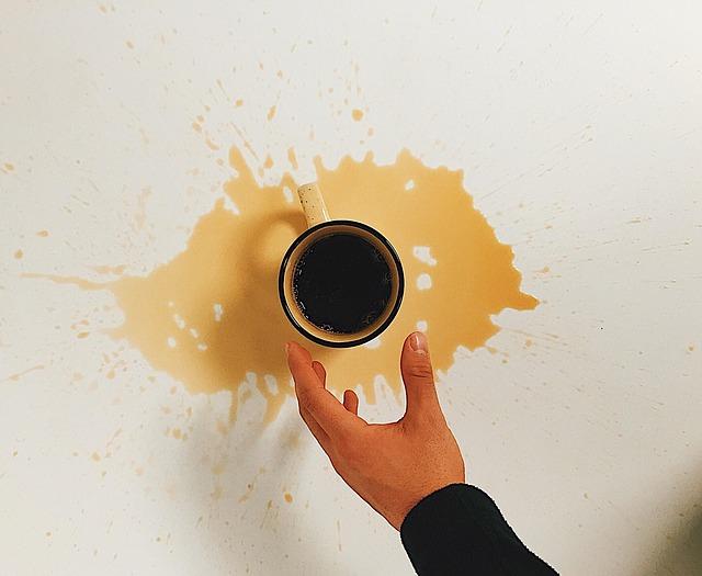 飲み物がマグカップからこぼれた画像
