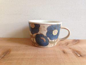 白い絵柄のある陶器のマグカップの画像