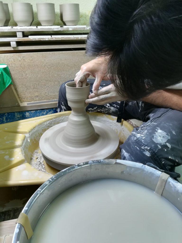 ロクロでマグカップのカタチを作る画像