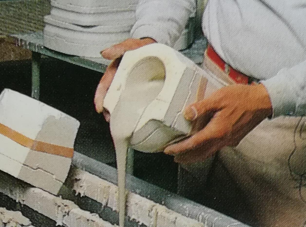 石膏型に液状の土を流し込む画像