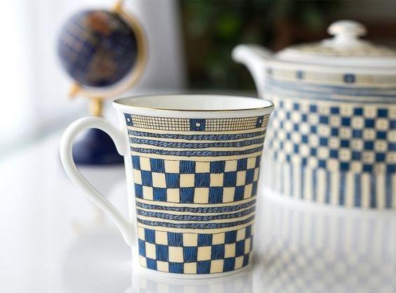 絵のついた磁器のマグカップの一例の画像