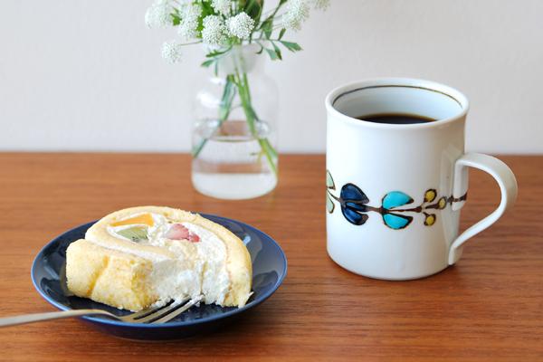花繋ぎマグカップを食卓で使った画像