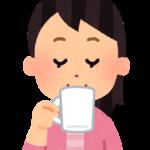 ホットコーヒーを飲む女性