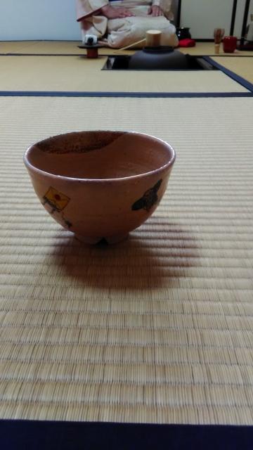 タタミの上の抹茶碗の画像