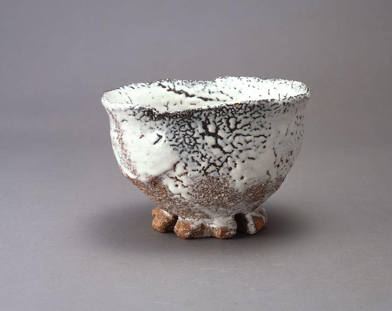 表面がボコボコしている抹茶碗の画像