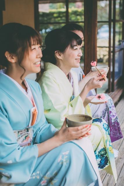 楽しい茶会で笑顔の女性の画像