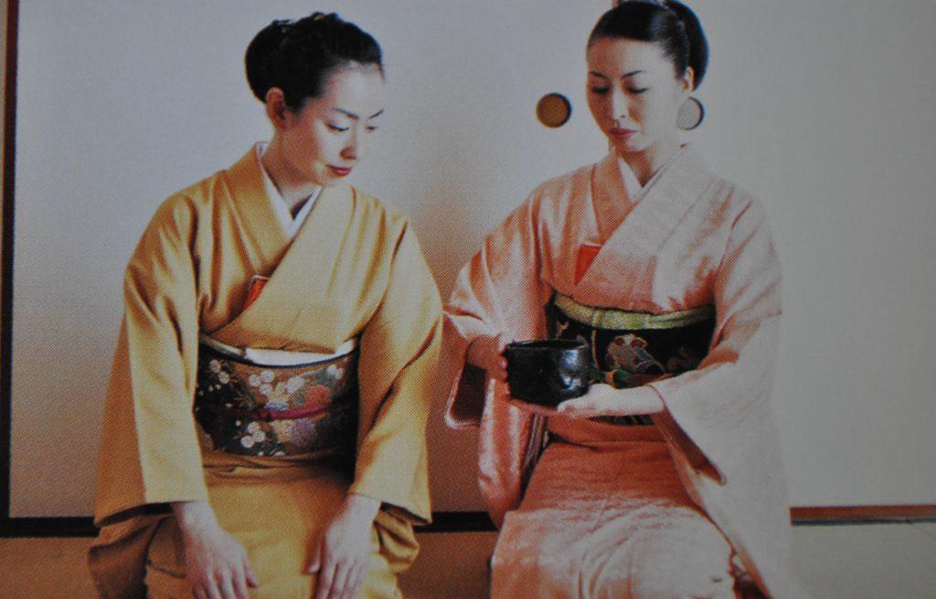 濃茶の茶会では、1つの茶碗で回し飲みする画像
