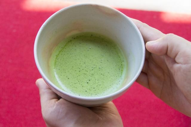 細かい泡のある美味しそうな抹茶