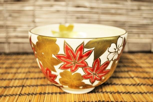 薄茶用の絵柄のある抹茶碗の画像