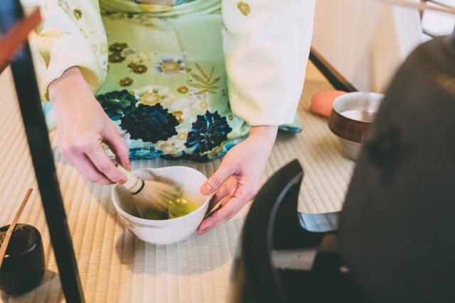 茶道の練習をする女性の画像