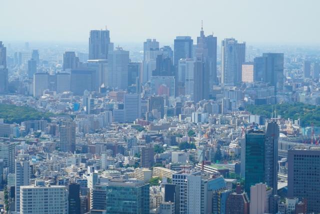 そびえ立つ新宿のビル群の画像