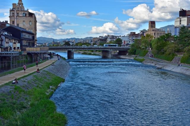 京都の鴨川からみた四条大橋の画像