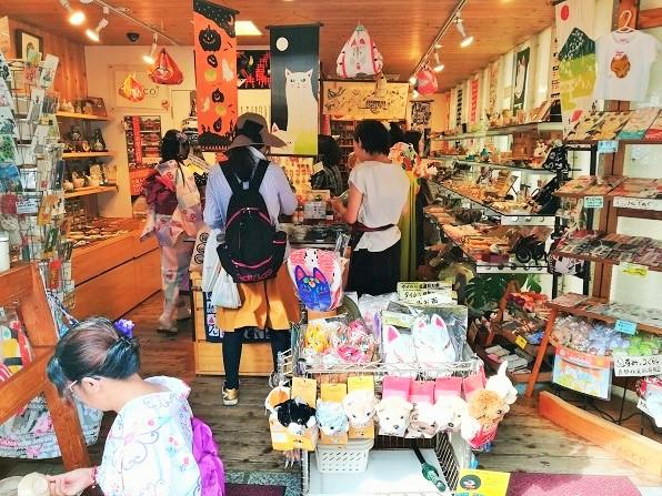 観光客でにぎわう妻のお店KACCOの店内の画像