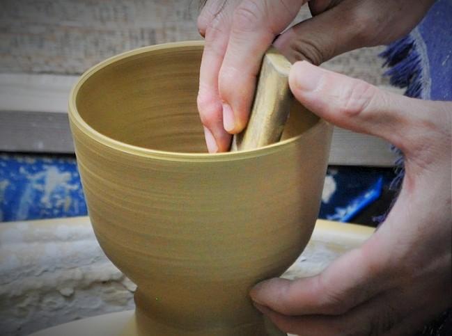 ロクロ成形で茶碗を作る画像