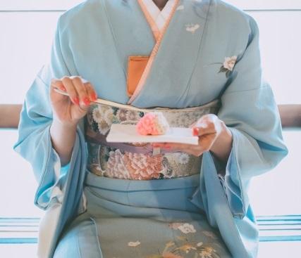 主菓子を懐紙にのせて頂いている画像