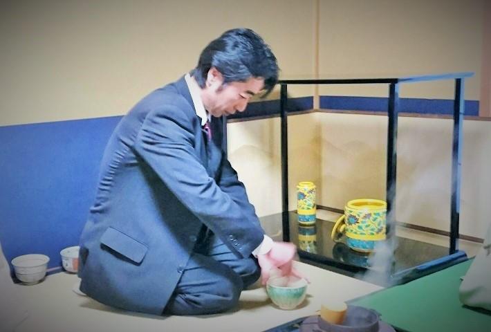 亭主が薄茶をたてている画像