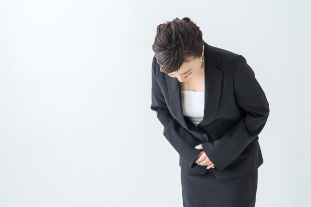 前礼でお辞儀をする女性の画像