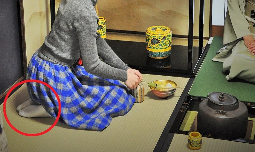 茶会で白い「くつ下」をはいている画像