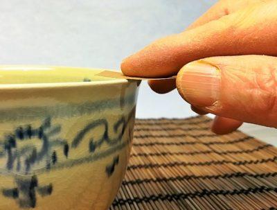 茶碗の飲み口の上を磨く画像
