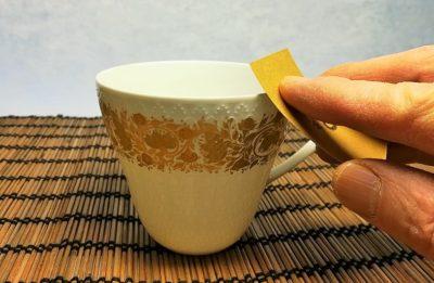 カップの飲み口の外側をペーパーで磨く画像