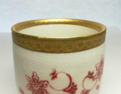 飲み口が金のカップの画像
