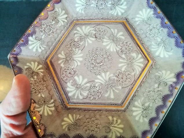 私が持っている紫彩花紋のお皿の画像