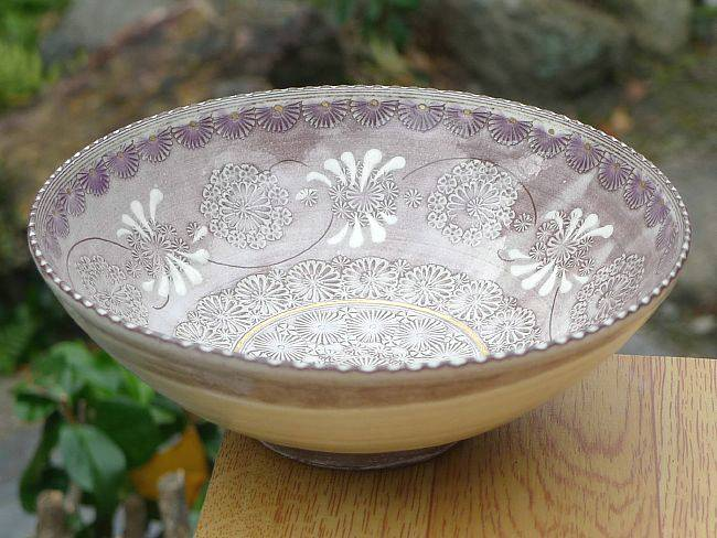 紫彩花紋の三島抹茶碗の画像