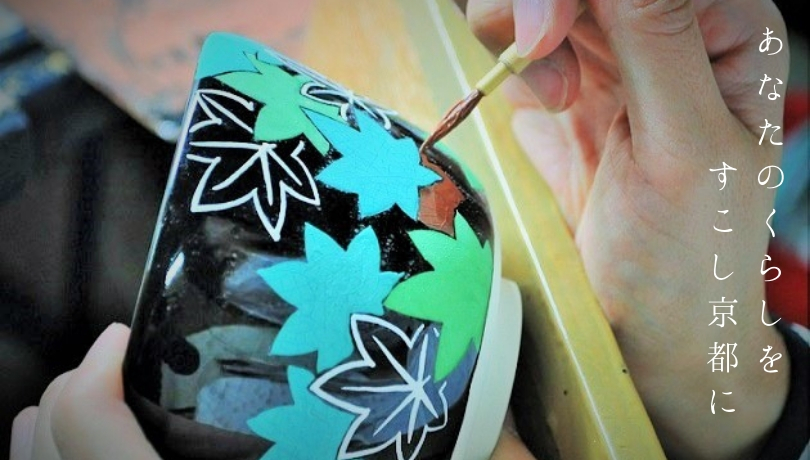 抹茶碗に職人か絵付けする画像