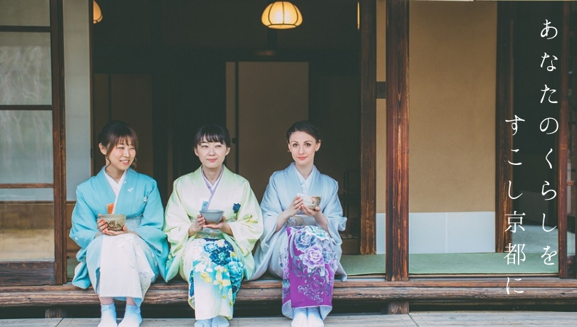 抹茶を楽しむ3人の和服の女性の画像