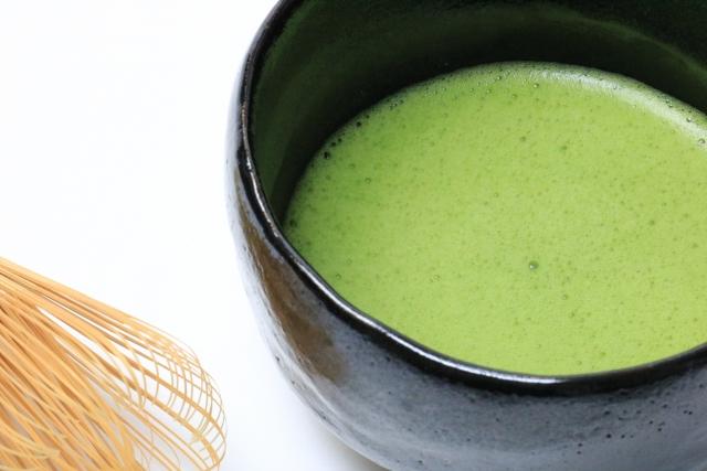黒い茶碗と抹茶の画像