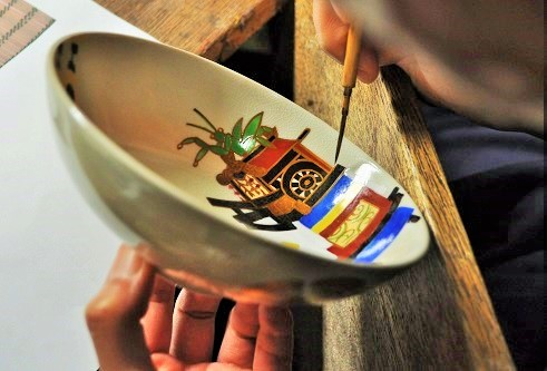 夏茶碗に職人が絵付けをしている画像