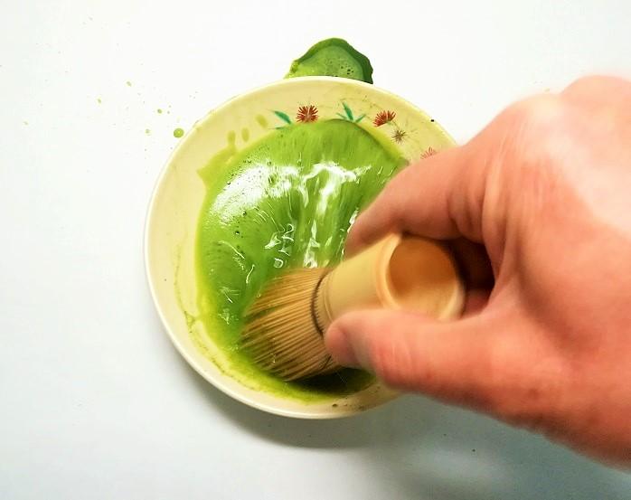 平茶碗で茶をたてている画像