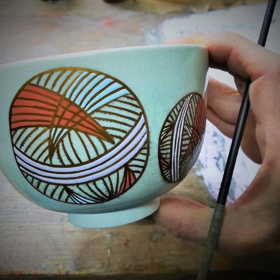 抹茶碗手まりを絵付けする画像