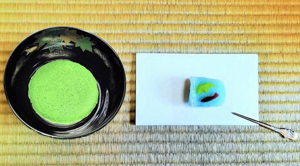 抹茶碗黒釉若楓にカワセミと抹茶と和菓子の