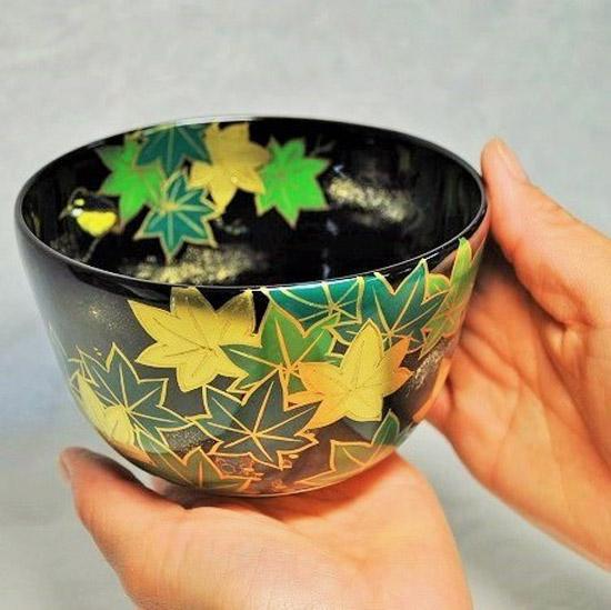 抹茶碗黒釉若楓にカワセミを手に持つ画像