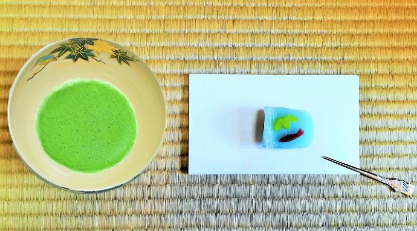 茶を入れた抹茶碗青楓にカワセミと和菓子の画像