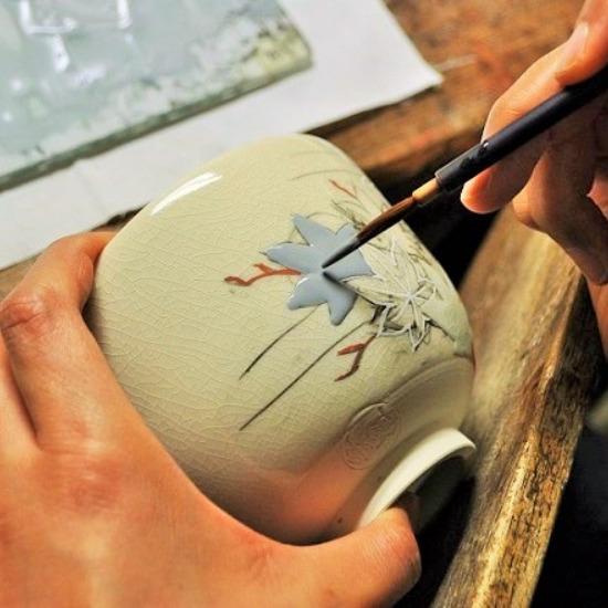 抹茶碗青楓カワセミを絵付けする画像