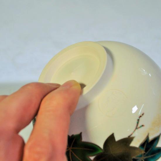 抹茶碗青楓にカワセミの高台を持つ画像