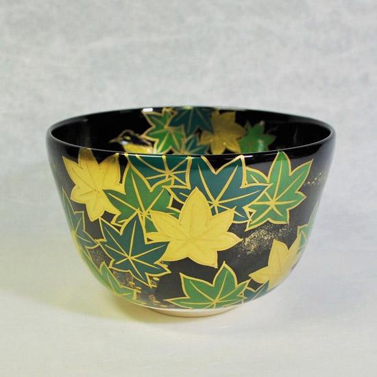 抹茶碗黒釉若楓にカワセミの正面の画像
