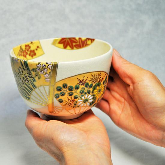 抹茶碗扇面四季を手に持つ画像