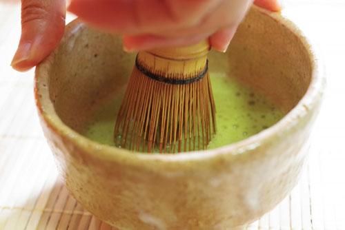 茶せんを振って茶を点てる画像