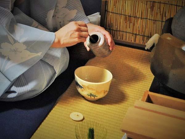 濃茶の茶葉を抹茶碗に入れている画像