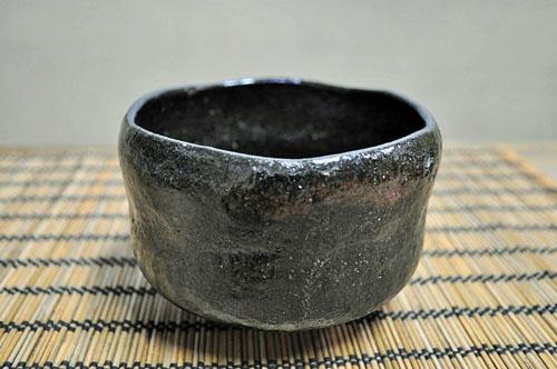 無地の黒楽の抹茶碗の画像