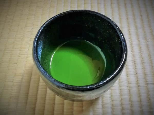 濃茶用の黒楽の抹茶碗と濃茶の画像