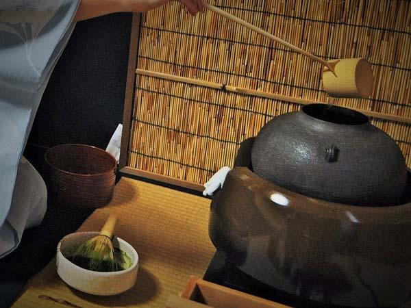 茶釜に水を入れて熱湯を冷ます画像