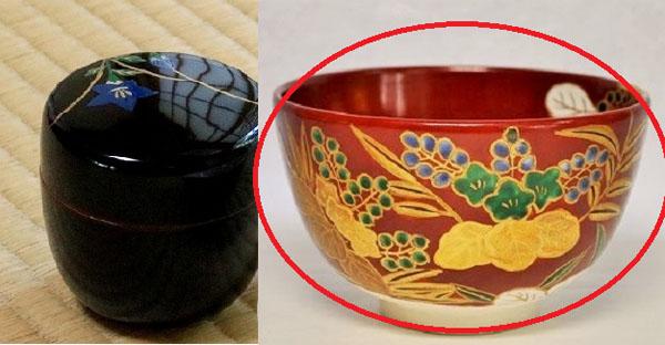 黒色のシブい茶入と赤色の派手な抹茶碗の画像