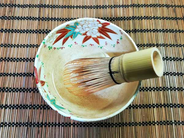 茶せんの穂先を茶碗に入った水につけている画像