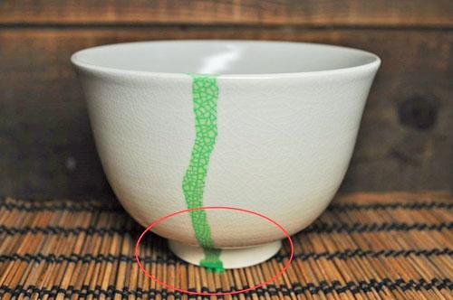 飲み口から茶がタレている抹茶碗の画像